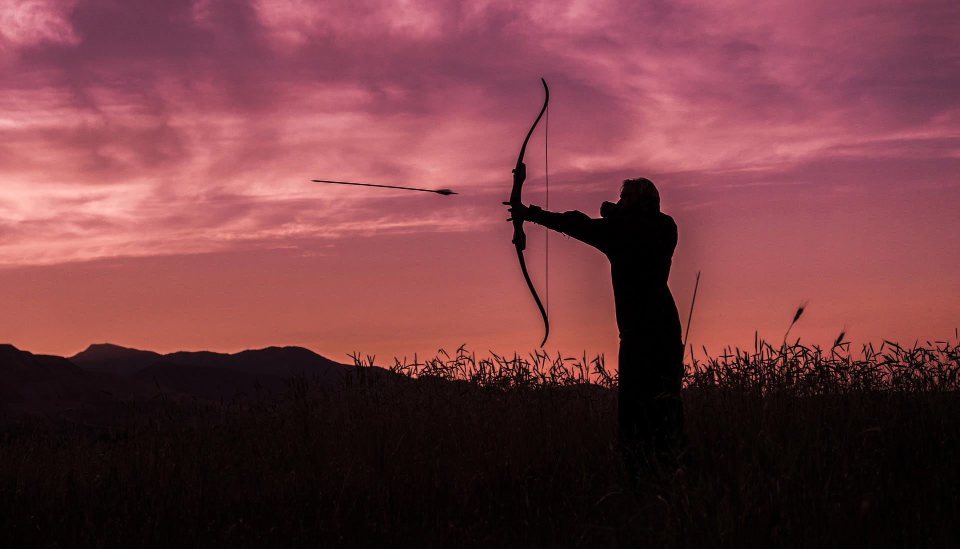 Bogenschütze im Sonnenuntergang.